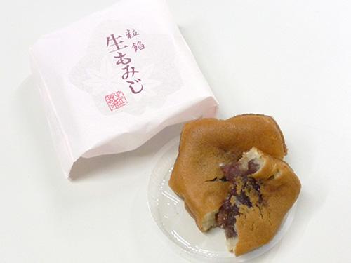 にしき堂 生もみじ 粒餡. /> 粒餡 <BLOCKQUOTE>広島の新しい銘菓「生もみじ」は、生菓子として作られたお饅頭です。にしき堂の技術陣が総力をあげて開発しました。生地に広島県産の餅粉と米粉を使用していますので、もちもちしっとりとした食感となっています。材料のこだわりからうまれたじょうひんなあじわいをおたのしみください。</BLOCKQUOTE>こしあん・粒あん・柚子風味の抹茶あんの3種類から選んでいいと言われ、粒あんを所望しました。もちもちした生地がいい。おいしい。<a name=